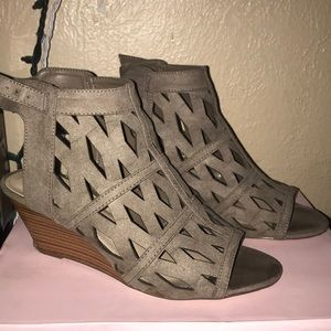 Taupe wedges, perfect for the summer.